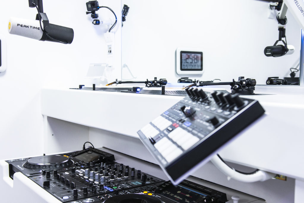 View DJ Corner 4